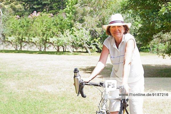 Porträt einer älteren Radfahrerin im Park