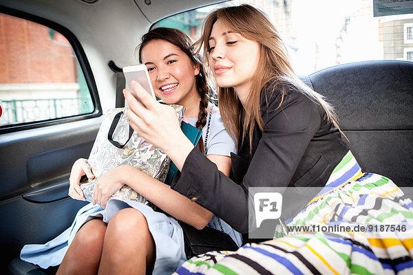 Frau Taxi 2 jung benutzt Smartphone