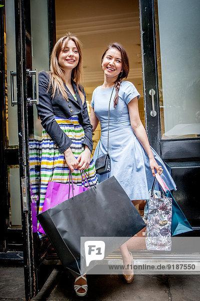 Frau tragen Tasche kaufen jung