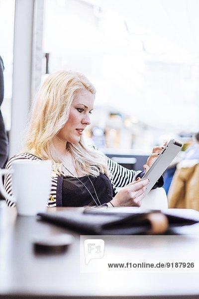 junge Frau junge Frauen benutzen Cafe Tablet PC
