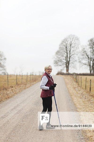 Senior Senioren Frau gehen Stange