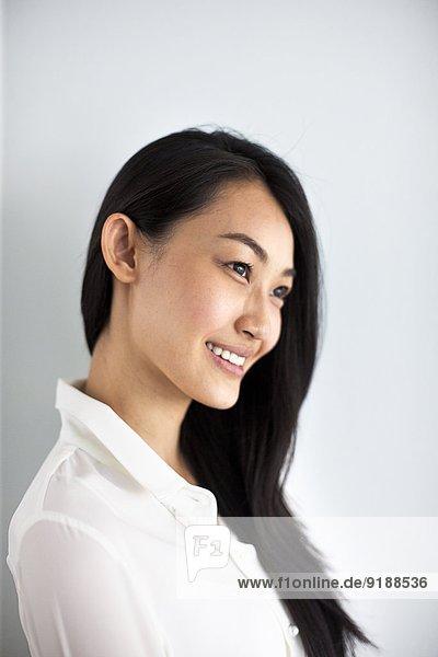 junge Frau junge Frauen lächeln schießen Studioaufnahme
