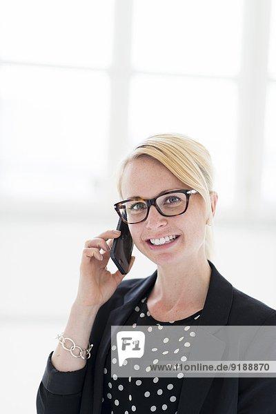 Handy Geschäftsfrau sprechen