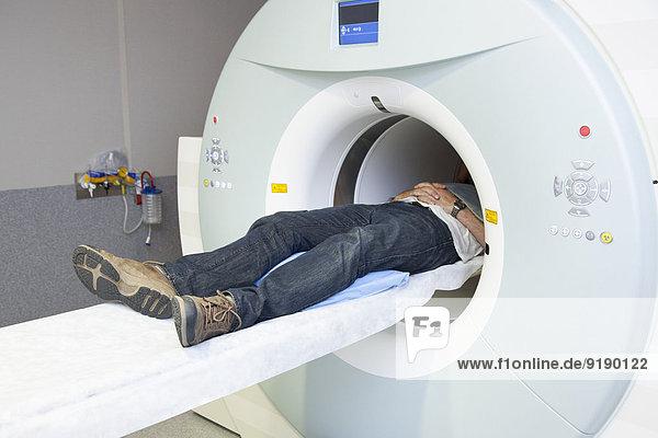 Niedriger Abschnitt des männlichen Patienten im MRT-Scanner liegend