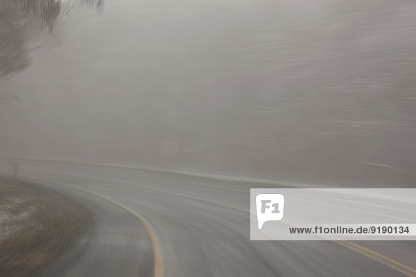 Leere Straße mit Nebel bedeckt
