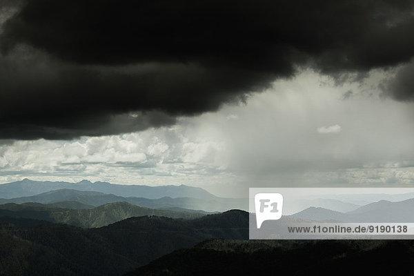 Sturmwolken über Bergketten  Mt Hotham  Victoria  Australien