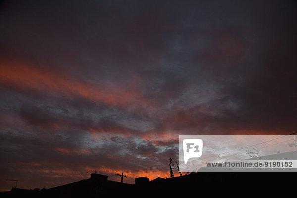 Blick auf den bewölkten Himmel bei Sonnenuntergang