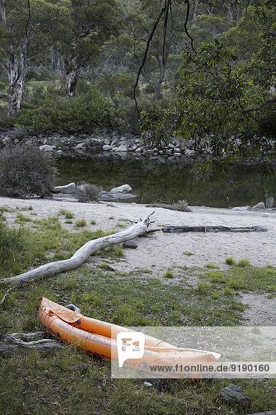 Verlassenes Schlauchboot am Seeufer