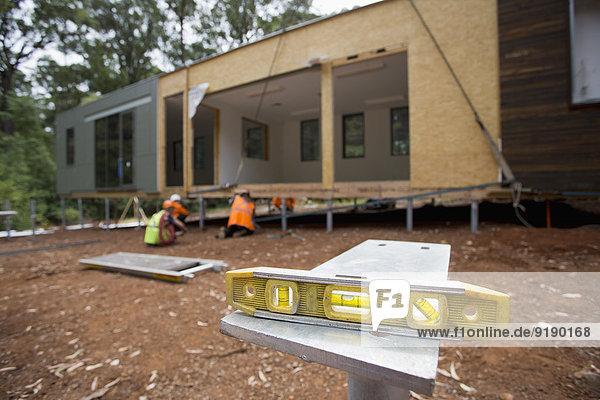 Ebene auf dem Tisch auf der Baustelle