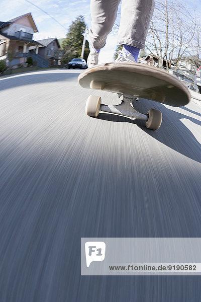 Niedriger Abschnitt des Skateboardfahrens auf der Straße