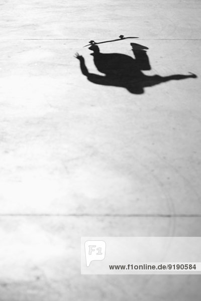 Schatten der Person Skateboarding im Park