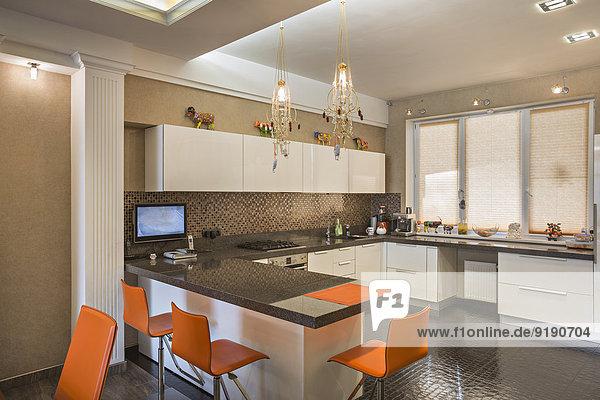 Orangefarbene Stühle in der heimischen Küche