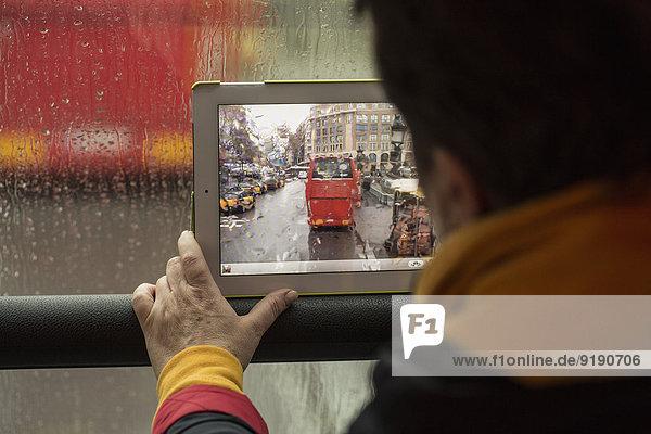 Rückansicht des Frauenfotobusses mit digitalem Tablett