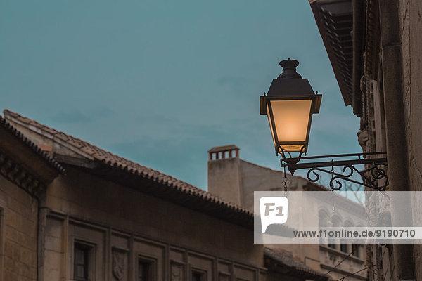 Niedriger Blickwinkel auf den beleuchteten Wandleuchter im Außenbereich