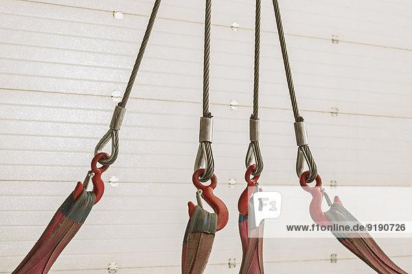 Nahaufnahme der Rollen und Seile an der Holzwand