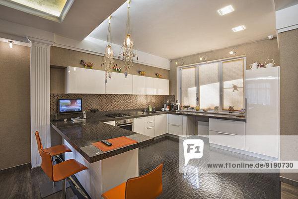 Stühle und Schränke in der Wohnküche