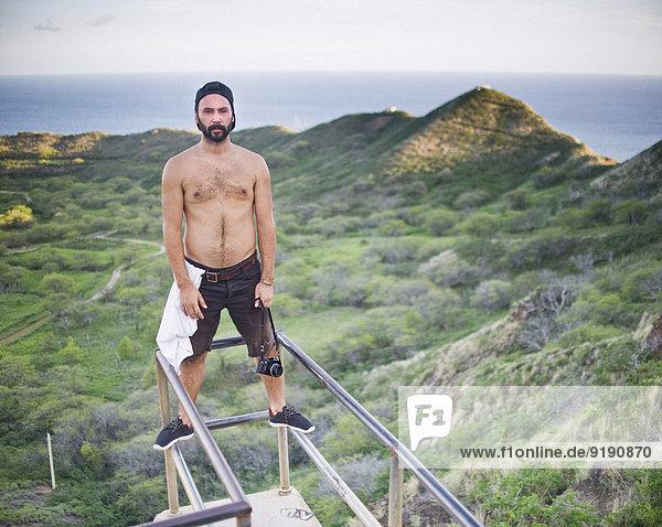 Porträt eines Mannes ohne Hemd am Aussichtspunkt  Diamond Head Crater  Oahu  Hawaii  USA Porträt eines Mannes ohne Hemd am Aussichtspunkt, Diamond Head Crater, Oahu, Hawaii, USA