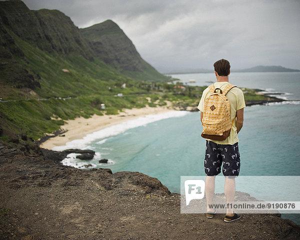 Rückansicht des Mannes mit Blick auf Makapuuu Beach  Hawaii  USA