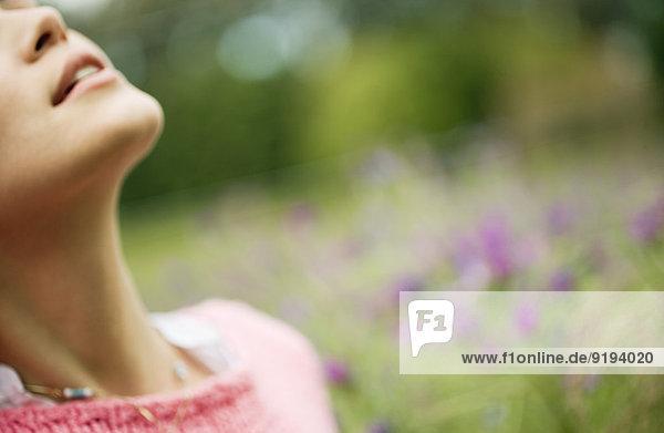 Frau im Blumenfeld  Kopf nach hinten  Ausschnitt Frau im Blumenfeld, Kopf nach hinten, Ausschnitt