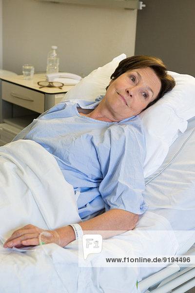 Frau im Krankenhausbett liegend