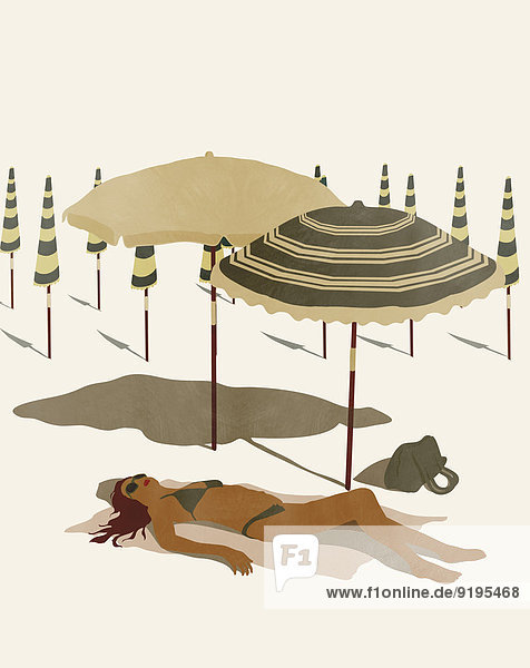 Frau in einem Bikini liegt an einem menschenleeren Strand in der Sonne
