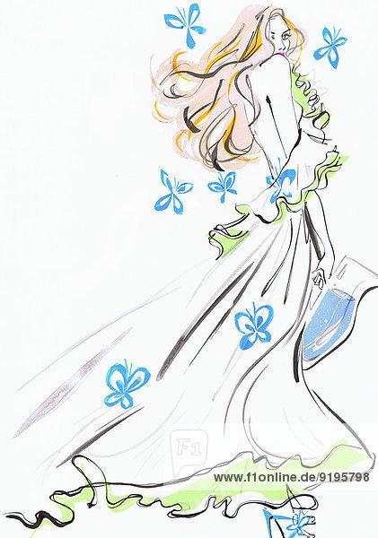 Glamouröse Frau in einem fließenden Kleid trägt Wasser und ist von Blumen umgeben