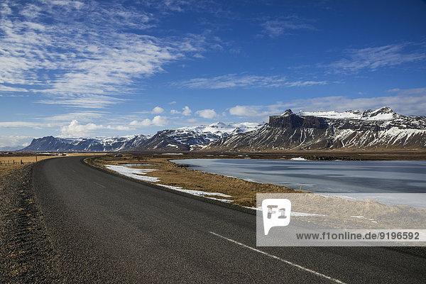 Landstraße  Snaeffesnessvegur  Berge und zugefrorener See auf der Snaefellsness-Halbinsel  Vesturland  Island
