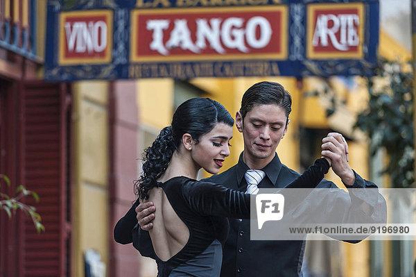 Straßentänzer  Paar tanzt Tango  La Boca  Buenos Aires  Argentinien