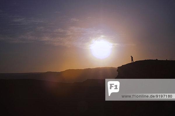 Mensch an Talkante  Sonnenuntergang  Valle de la Luna  San Pedro de Atacama  Chile