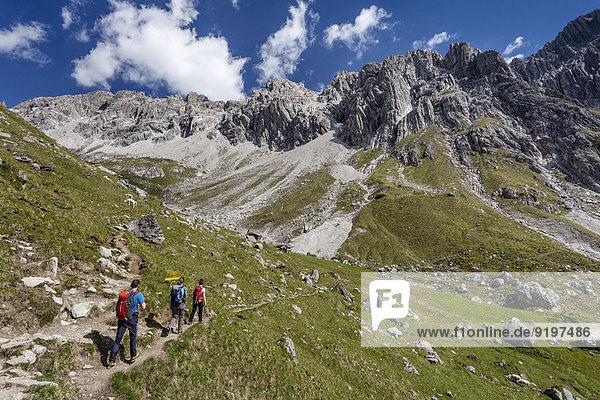 Bergsteiger beim Zustieg zum Imster Klettersteig  Aufstieg auf den Maldonkopf in den Lechtaler Alpen  hinten der Maldonkopf  Hochimst  Imst  Tirol  Österreich