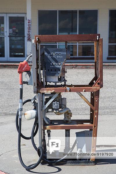 Eine aufgegebene Benzinpumpe vor einem geschlossenen Laden  Lusk  Wyoming  USA