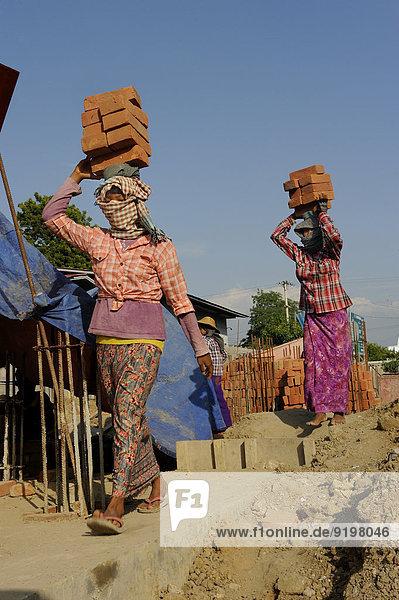 Bauarbeiterinnen Tragen Backsteine Auf Dem Kopf Auf Einer