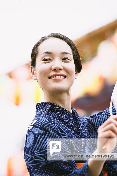 Frau Tradition Sommer jung Festival japanisch Kimono