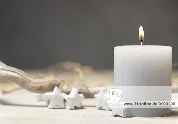 Weihnachtsdekoration mit weißer Kerze