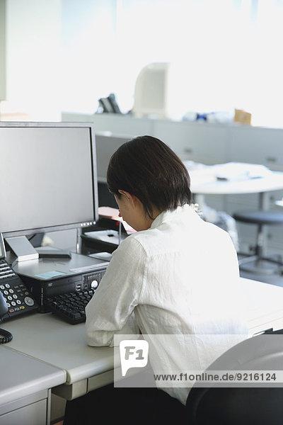 Geschäftsfrau Schreibtisch Depression Büro jung japanisch