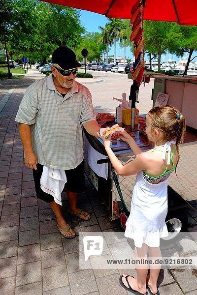 Hot Dog Hot Dogs Vereinigte Staaten von Amerika USA nehmen Lebensmittel Regenschirm Schirm jung Florida Mädchen
