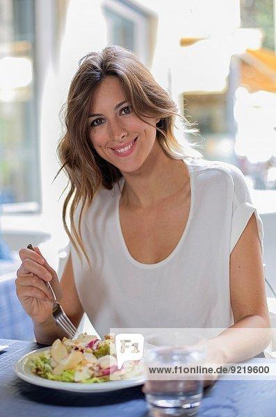 Außenaufnahme Frau Fröhlichkeit Salat Restaurant blond freie Natur hübsch