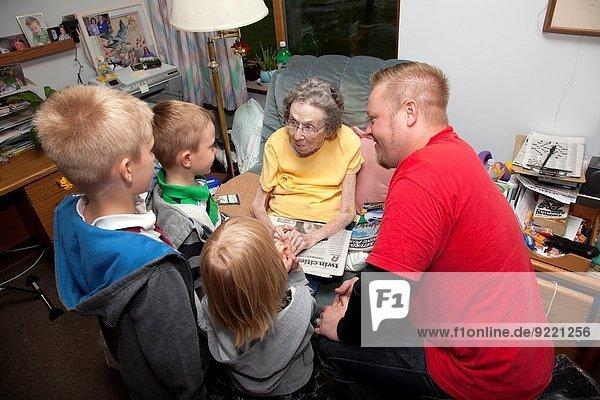 Besuch Treffen trifft Großmutter Enkelsohn bezahlen zahlen 5 3 groß großes großer große großen 7 sieben