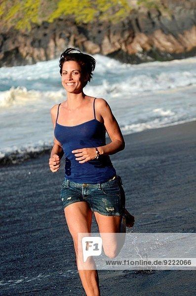 Attraktivität Frau Strand rennen jung