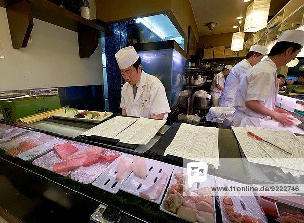 Sushi Vorbereitung Tokyo Hauptstadt Restaurant Koch Sashimi Japan japanisch