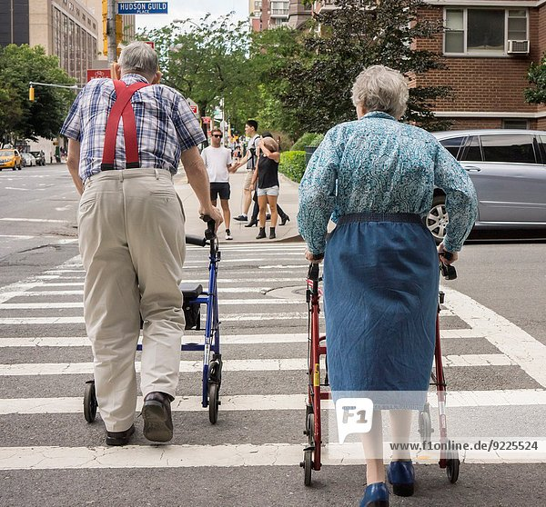 warten Straße Senior Senioren Nachbarschaft Kreuzform Kreuz Kreuze neu