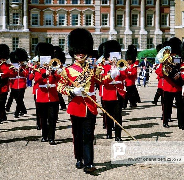 führen britisch London Hauptstadt Monarchie groß großes großer große großen Wachmann Welsh Corgi Welsh Corgis Trommel marschieren Whitehall