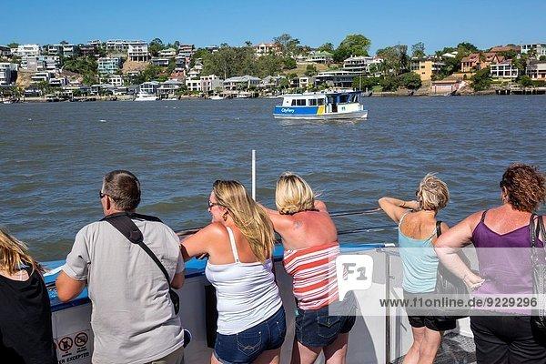 Frau Wohnhaus Gebäude fahren Ufer Boot Öffentlicher Verkehr Fähre Apartment Passagier Australien Brisbane Queensland
