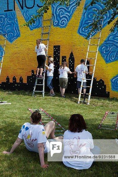 Organisation organisieren arbeiten Planung Sommer Gebäude Großstadt Gemeinschaft Verbesserung Freiwilliger leer Farbe Farben Wandbild Vorort Detroit Michigan bemalen