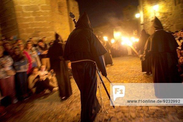 Europa Schriftsteller fliegen fliegt fliegend Flug Flüge ankommen halten schwarz Kathedrale Kleidung innerhalb Teilnahme Heiligkeit Verbindung Anonymität Christ Mönch Schriftstellerin Caceres Jahrhundert Ostern Extremadura Portugal Prozession Spanien Woche