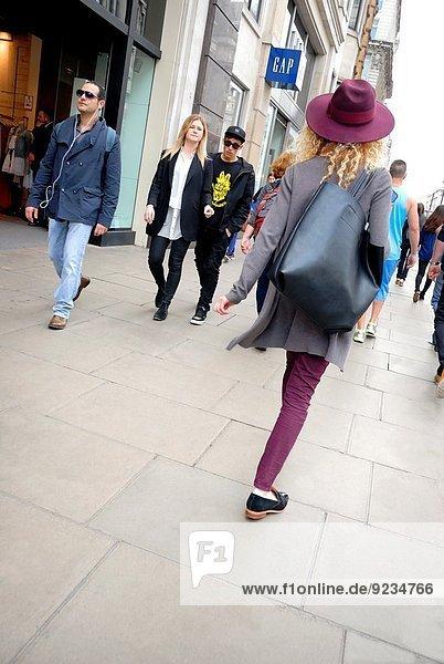 junge Frau junge Frauen Großbritannien Tasche London Hauptstadt Hut Straße groß großes großer große großen England Oxford