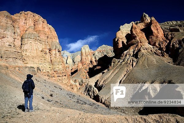 nahe Felsbrocken Tal Anordnung Dorf rot Bergwanderer Grenze Mustang Nepal ocker Tibet