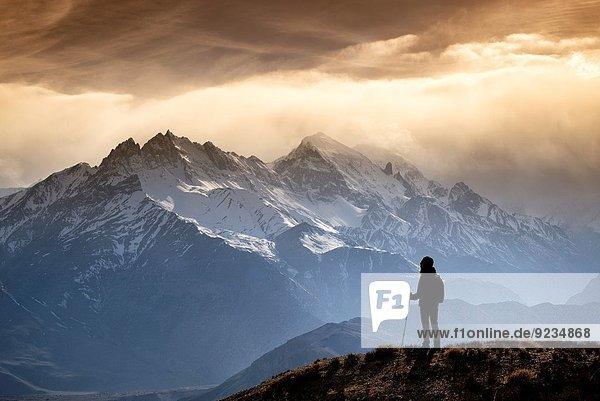nahe Berg sehen Abend Silhouette Beleuchtung Licht Bergwanderer Grenze Mustang Sonne