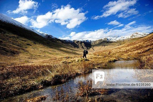 Nationalpark Berg Großbritannien Landschaft Mensch wandern Ansicht See Schottland
