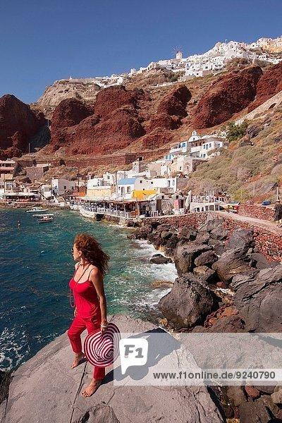 Felsbrocken stehend Frau Santorin Kykladen Bucht